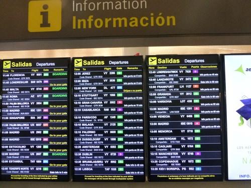 空港の行先案内板