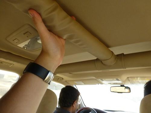 砂丘ドライブ中の車内の手すり
