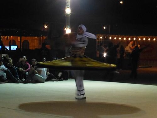 ドバイ・デザートサファリツアーの民芸舞踊