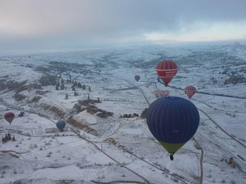 冬のカッパドキアと気球