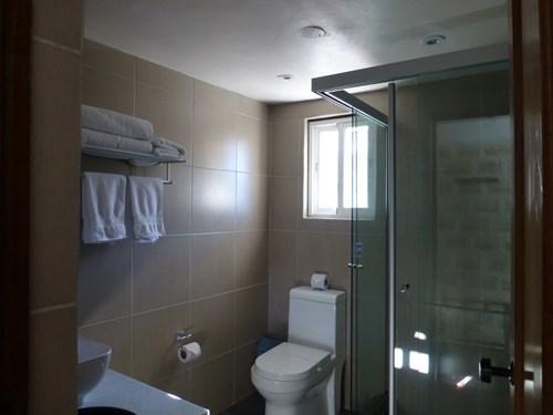 ウユニ塩湖の塩のホテル(ルナサラダホテル)のトイレとシャワー