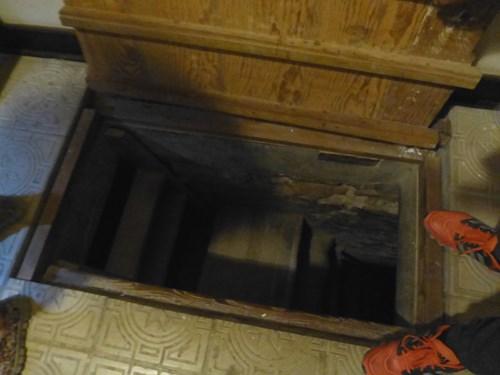 チンチャの邸宅の地下室入口
