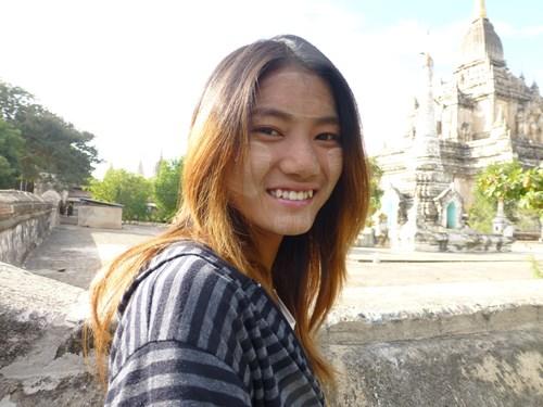 ミャンマーのタナカを塗った少女