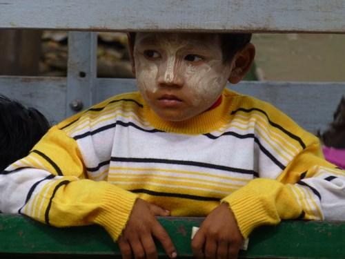 ミャンマーのタナカを塗った子ども