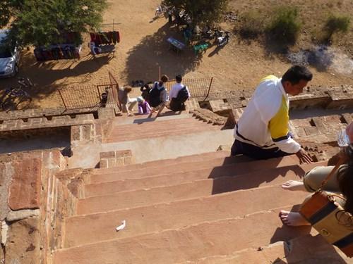 とても急な仏塔の階段