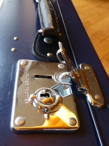 グローブ・トロッター(globe trotter)のスーツケース・サーフライダーのカギ部分を拡大