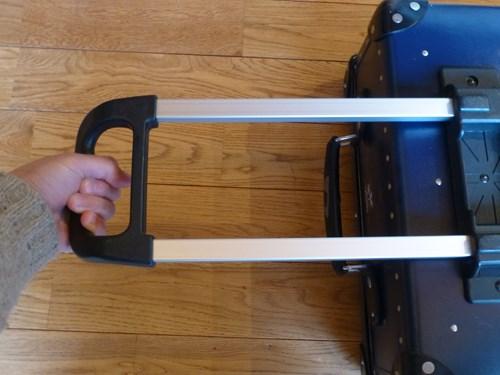 グローブ・トロッター(globe trotter)のスーツケース・サーフライダーのハンドルを伸ばした状態