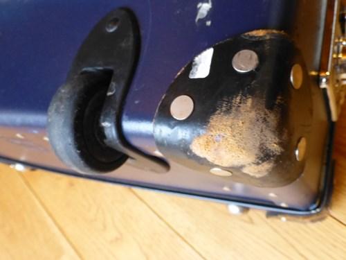 グローブ・トロッター(globe trotter)のスーツケース・サーフライダーの角の汚れとホイール