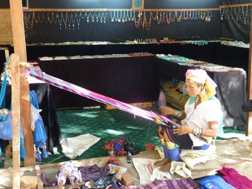 ティーローミンロー寺院の首長族の女性