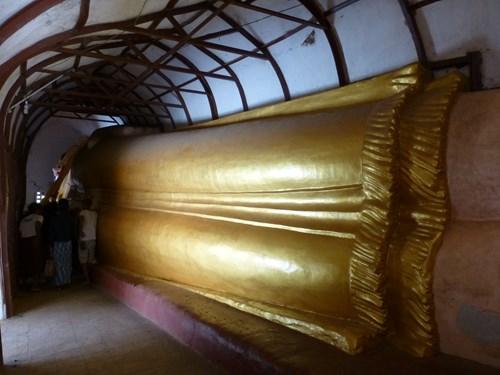 マヌーハ寺院の寝大仏の下半身