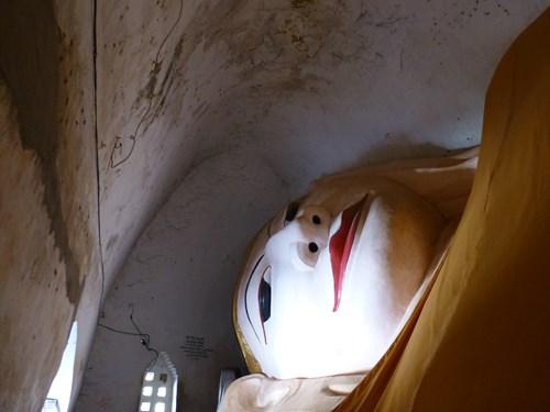 マヌーハ寺院の寝大仏の顔