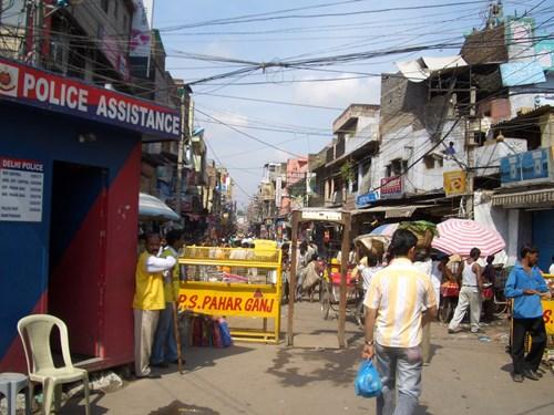 ニューデリーのメイン・バザール入り口(インド)