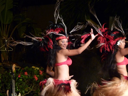 グアムのポリネシアン・ディナーショーで優雅に踊る女性