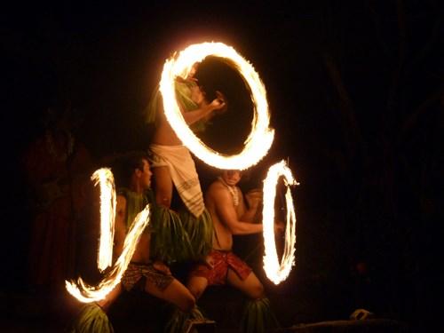 グアムのポリネシアン・ディナー&ダンスショーのファイヤーダンス