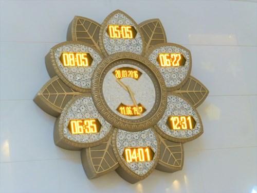 シェイク・ザイード・モスクの礼拝時間を示す時計