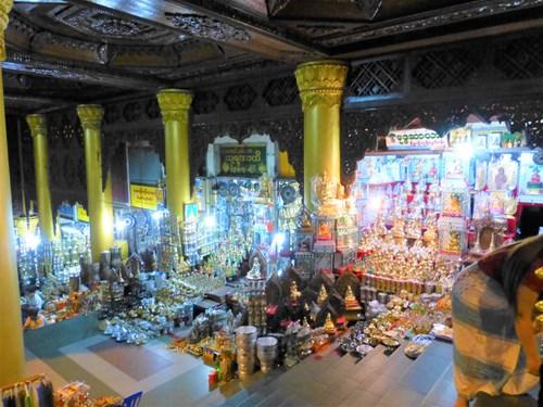 シュエダゴン・パゴダの階段沿いのみやげ物店