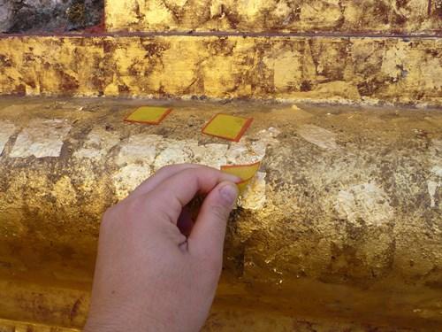 シュエズィーゴン・パヤーに貼る金箔