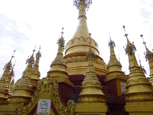 ポッパ山のタウン・カラッ頂上の仏塔