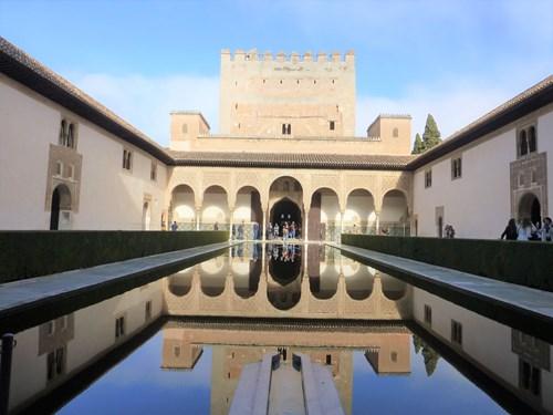 アルハンブラ宮殿のコマレス宮のアラヤネスの中庭