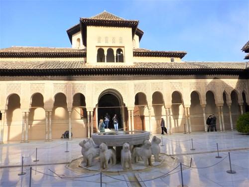 アルハンブラ宮殿のライオン宮のライオンの噴水