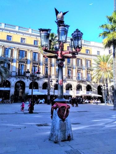 バルセロナのレイアール広場にあるガウディが設計した街灯