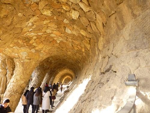 スペイン・バルセロナのグエル公園のブガデラの回廊