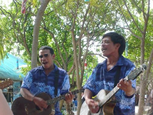 フィリピン・セブのナルスアン島で音楽を奏でる