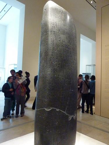 パリ・ルーブル美術館のハンムラビ法典