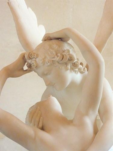 パリ・ルーブル美術館のアモルの接吻で蘇るプシュケ