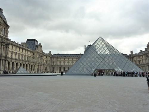 パリ・ルーブル美術館のピラミッド
