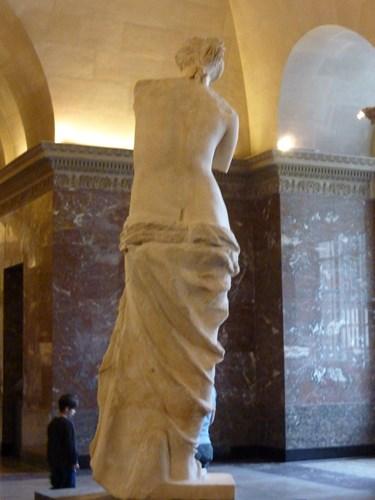 パリ・ルーブル美術館のミロのビーナスの後ろ姿