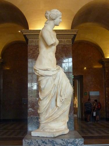 パリ・ルーブル美術館のミロのビーナスの横姿