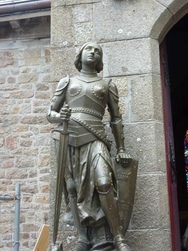 モン・サン・ミシェルのサン・ピエール教会のジャンヌダルク像
