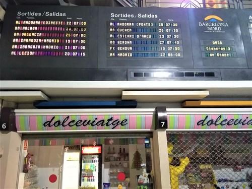 バルセロナの北バスターミナルの行先案内板