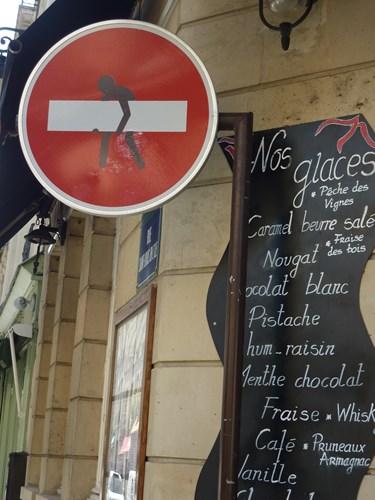 フランス・パリの芸術的な道路標識