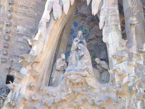 スペイン・バルセロナのサグラダファミリアの生誕のファサードのマリアの戴冠