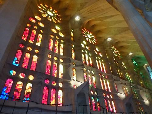 スペイン・バルセロナのサグラダファミリアの聖堂のステンドグラス