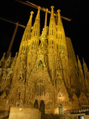 スペイン・バルセロナのサグラダファミリアの生誕のファサード(ライトアップ)
