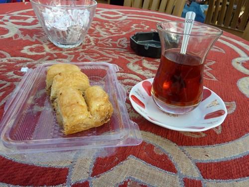 トルコ名物バクラワとアップルティー