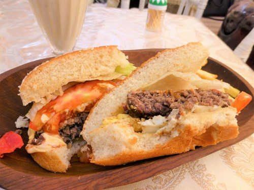 ドバイのラクダ肉バーガー