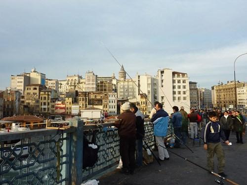 トルコ・イスタンブールのガラタ橋で釣りをする人