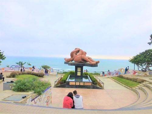 ペルー・リマのミラフローレルの海岸沿いの恋人
