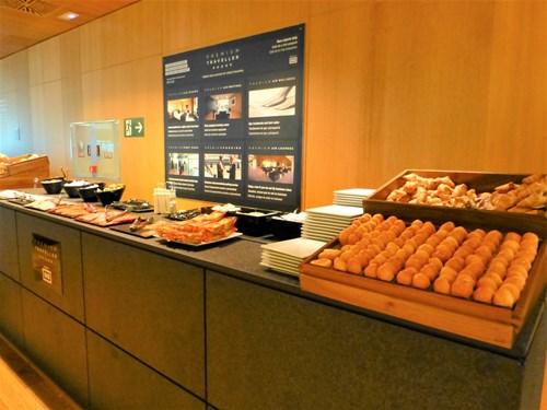 スペイン・エルプラット空港 Sala VIP Pau Casalsラウンジで用意されている軽食