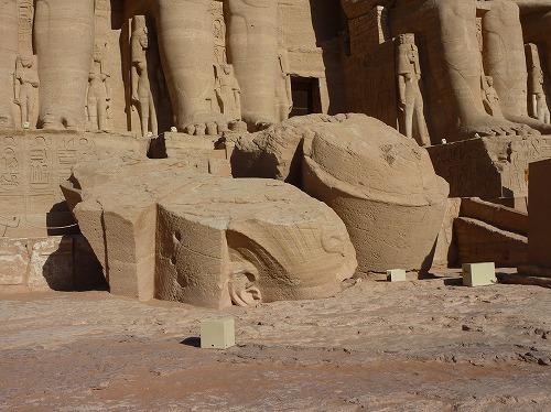エジプト・アブシンベル大神殿のラムセス2世像から崩落した顔部分