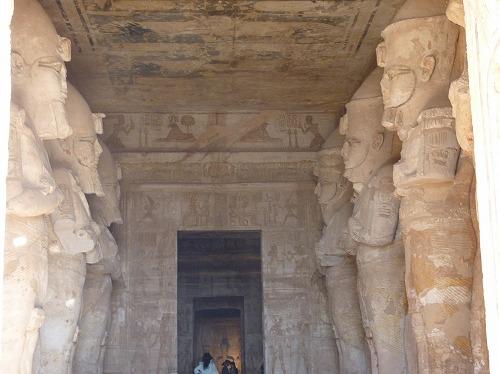 エジプト・アブシンベル大神殿の柱列室