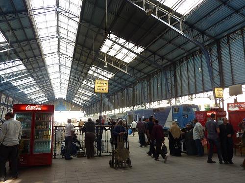 エジプト・アレキサンドリアのマスル駅のプラットフォーム