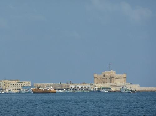 エジプト・アレキサンドリアのカーイト・ベイの要塞と地中海