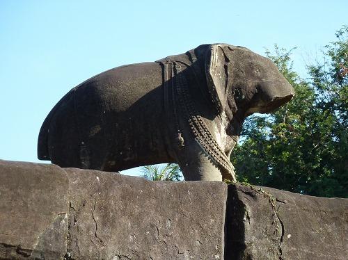 カンボジア・ロリュオス遺跡群のバコンの象の像