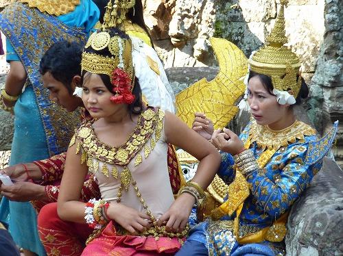 カンボジア・アンコール遺跡群のバイヨンで民族衣装を着る女性