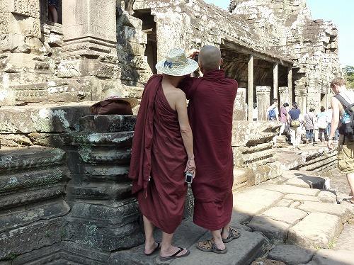 カンボジア・アンコール遺跡群のバイヨンで写真を撮る僧侶